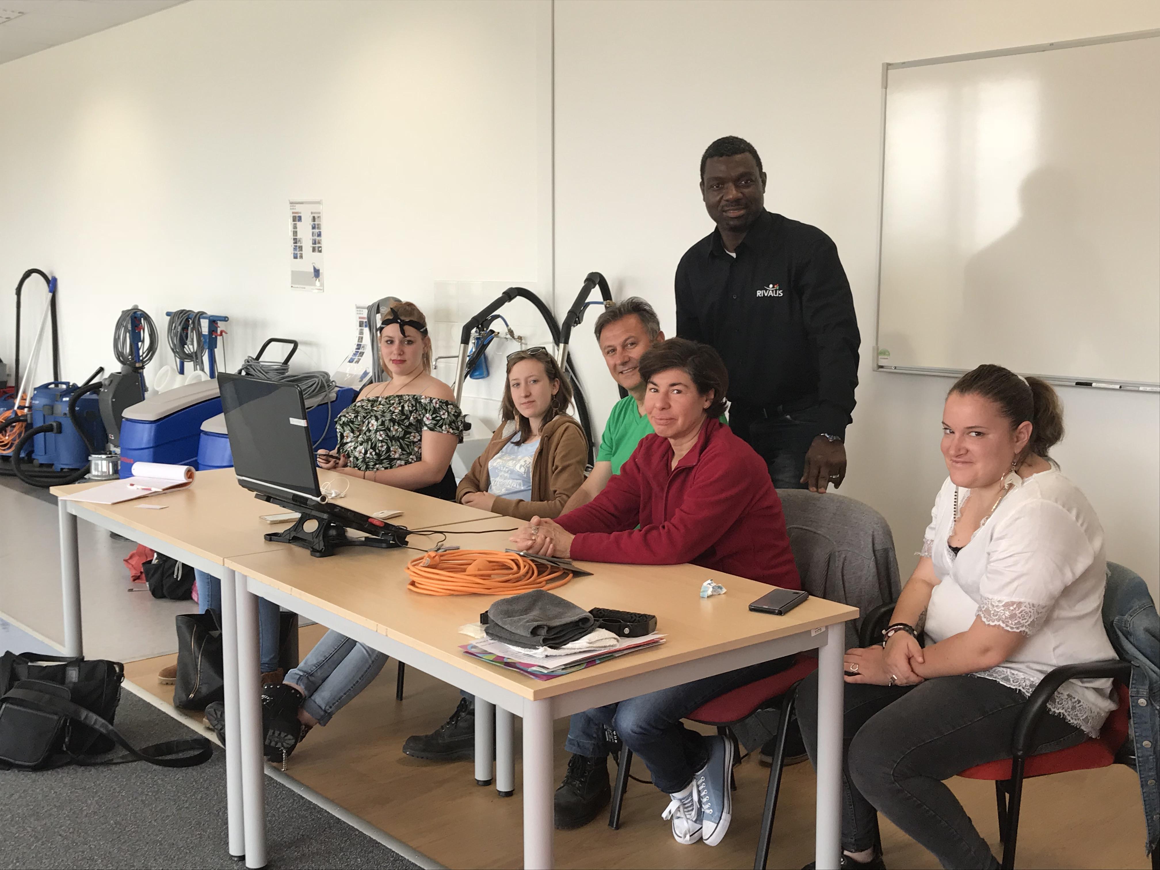 Avec les stagiaires préparant le diplôme de technicien de surface, en compagnie de leur professeur, M. JM Sanchez